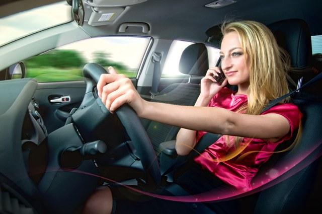 Строго запрещается пользоваться телефоном за рулем