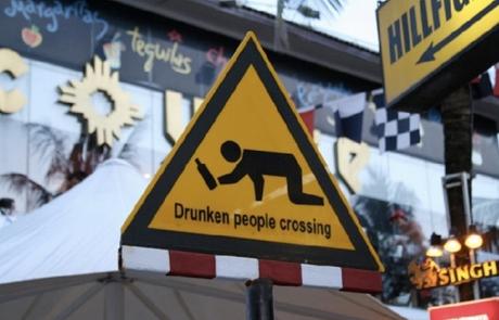 Предупреждение о переходящих дорогу людях с алкогольным опьянением