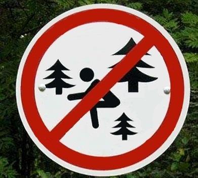 Знак, запрещающий ходить в туалет в лесу