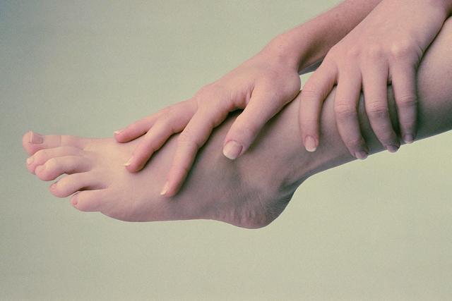 Натереть ступни ног уксусом или жиром, чтобы согреться