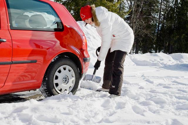 Набросайте снег под днище автомобиля