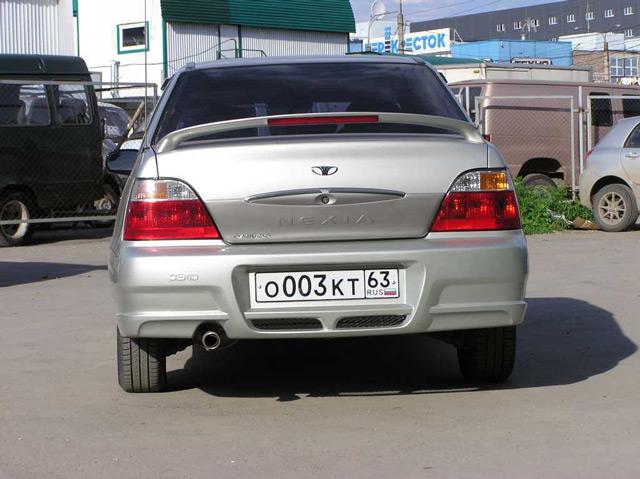 Автомобиль Дэу Нексия: вид сзади