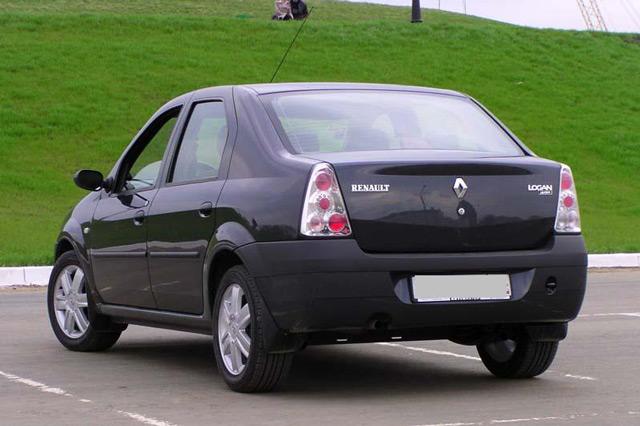 Автомобиль Рено Логан: вид сзади