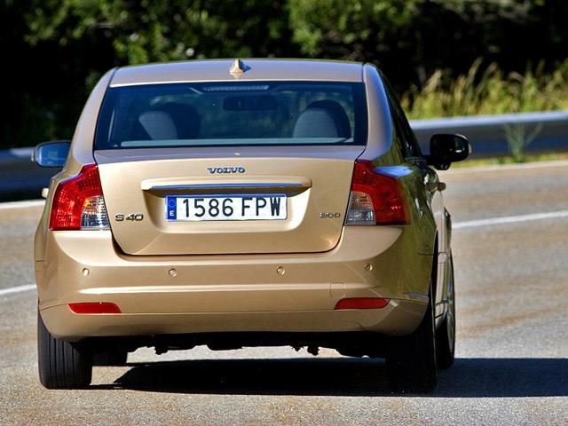 Автомобиль Вольво S40: вид сзади