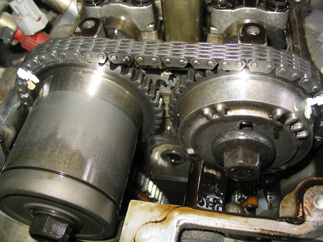 Цепной привод клапанов автомобиля