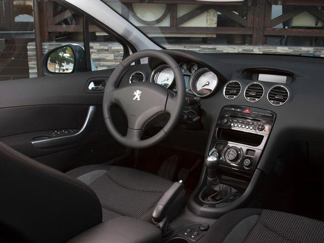 В салоне Peugeot 408 вы найдёте всё, что необходимо для комфортной поездки