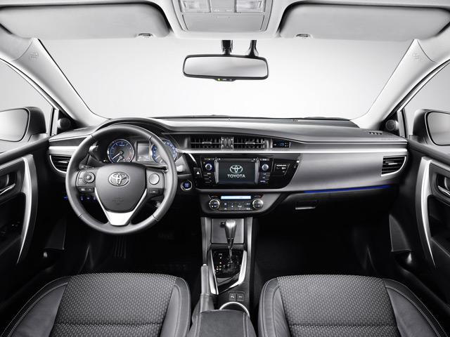 Салон автомобиляТойотаКоролла компенсирует недостатки вешнего вида благодаря комфорту за рулём