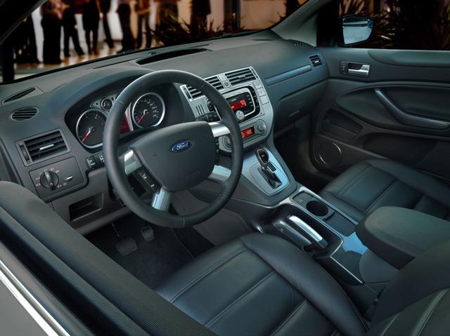 Салон автомобиля Ford Kuga наоборот более презентабелен в отличии от внешности автомобиля