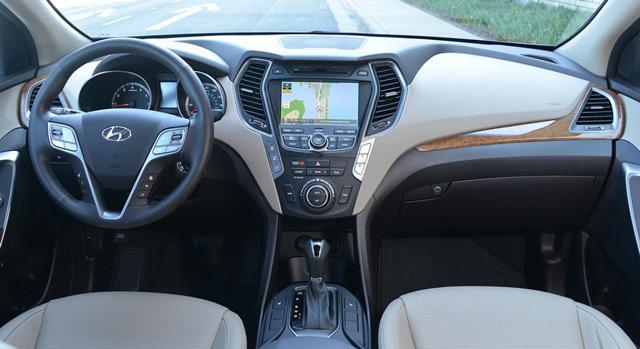 Салон автомобиляHyundai Santa Fe отличается наличием системы масса в водительском кресле и вместительным багажником
