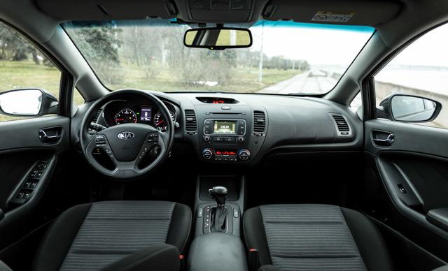 Салон автомобиля KIA Cerato удобные подлокотники и мягкие сиденья