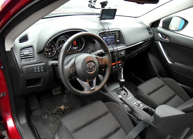 Автомобиль Mazda СХ-5, несмотря на эффектную внешность, имеет довольно невзрачный салон