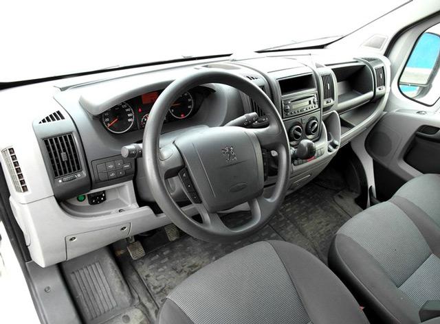 В салоне автомобиля Peugeot Boxer появилось множество полезных новшеств