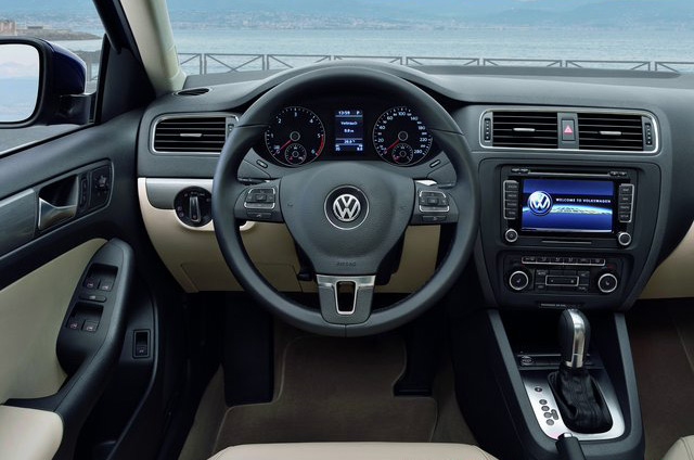 Салон Volkswagen Jetta порадует вас качеством отделки и удобными элементами управления