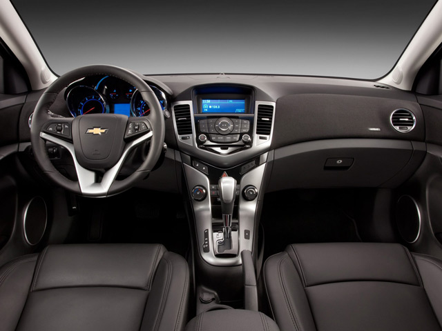Салон автомобиля Chevrolet Cruze порадует владельца качеством отделочных материалом и спортивной стилистикой