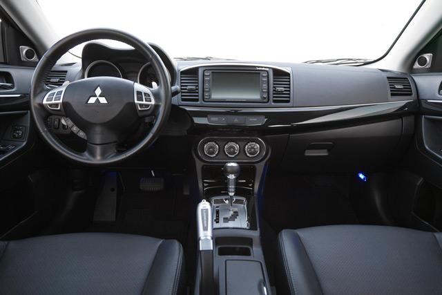 Автомобиль Mitsubishi Lancer может похвастаться стильным салоном с эргономичными сиденьями