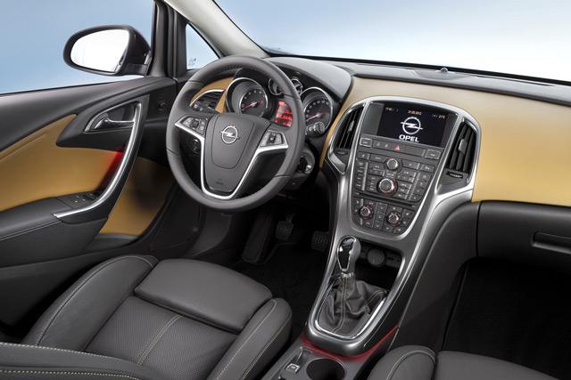 Салон автомобиля Opel Astra придётся по вкусу любителям стиля хай-тек
