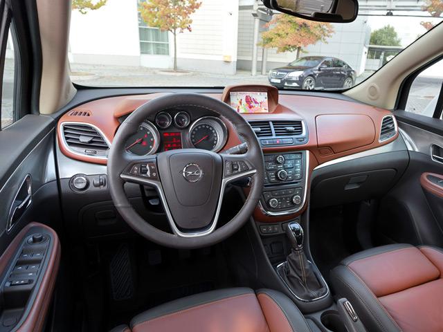 Все приборы в автомобиле Opel Mokka не только удобно расположены, но и оригинально исполнены