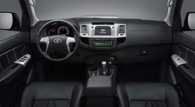 Интерьер автомобиля Тойота Хайлюкс не может похвастаться качеством отделки, но комфорт в салоне на высшем уровне