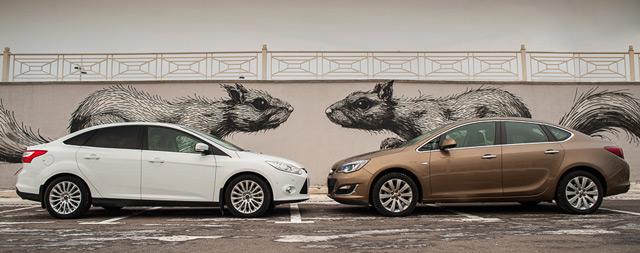 Ford Focus и Opel Astra - автомобили, которые нередко занимали лидирующие позиции по продажам