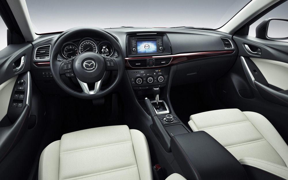 В салоне автомобиля Mazda 6
