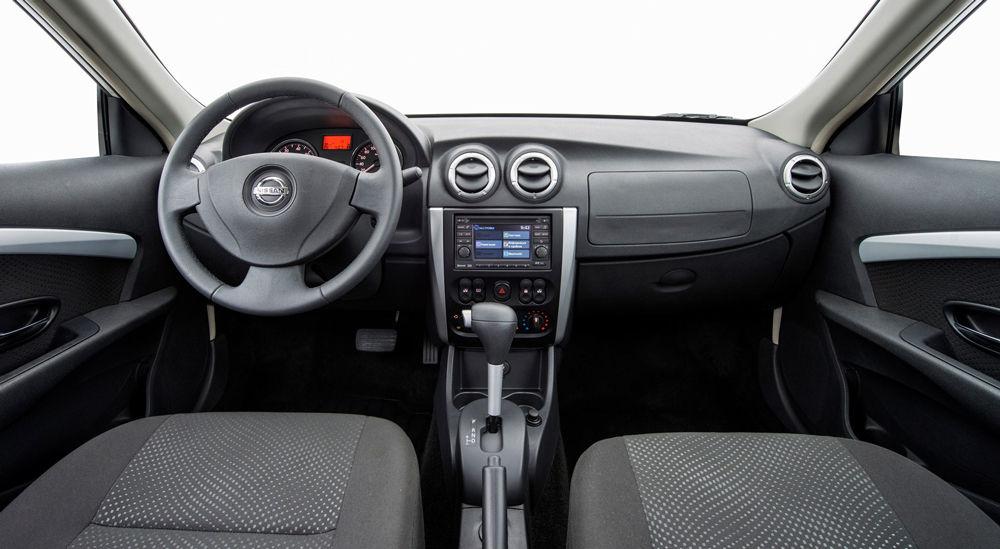 В салоне автомобиля Nissan Almera