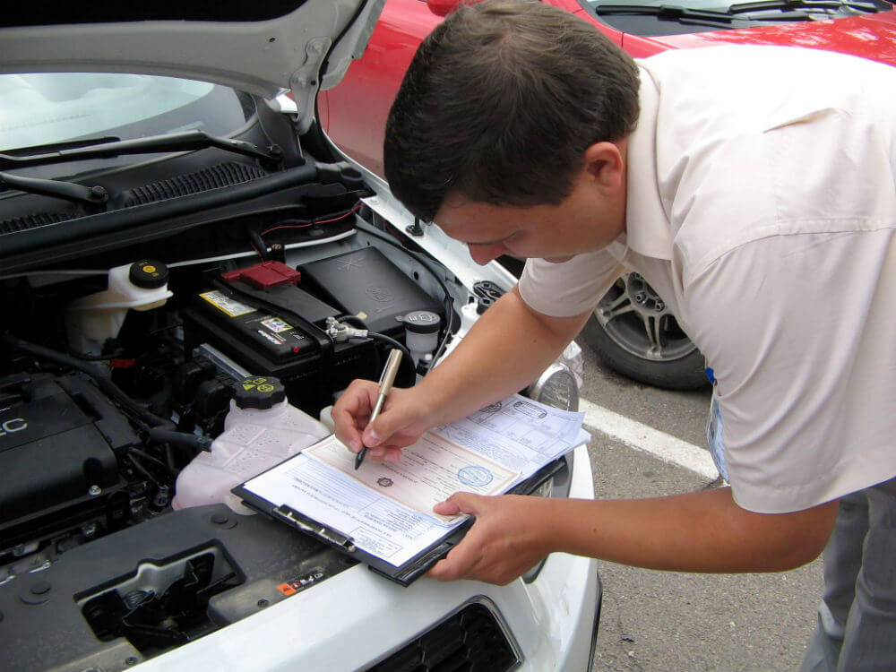 Формальный осмотр автомобиля сотрудником страховой