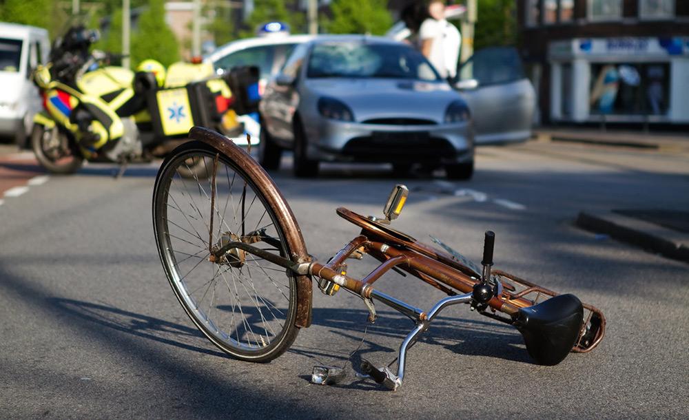 Велосипед под колесами автомобиля