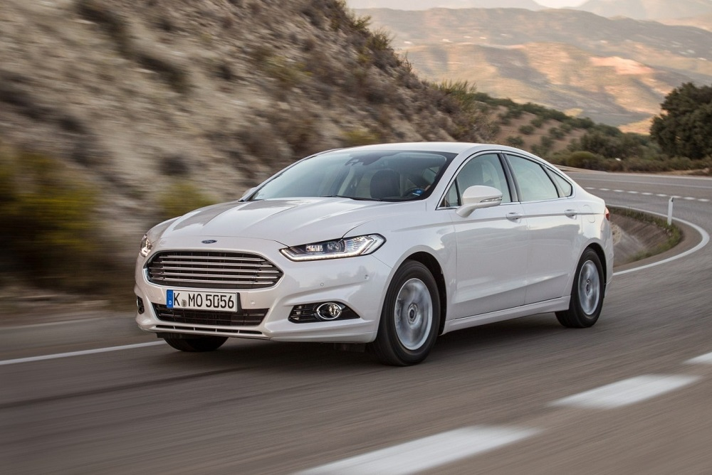 Белый Ford Mondeo на дороге