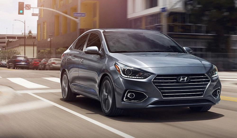 Hyundai Accent едет по дороге