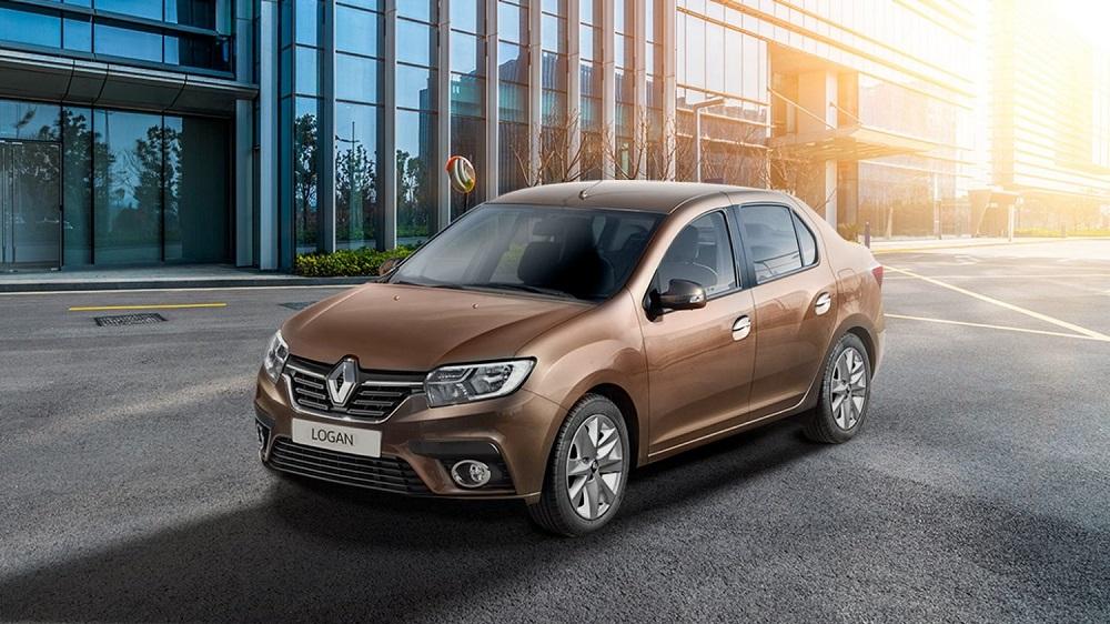 Renault Logan на дороге