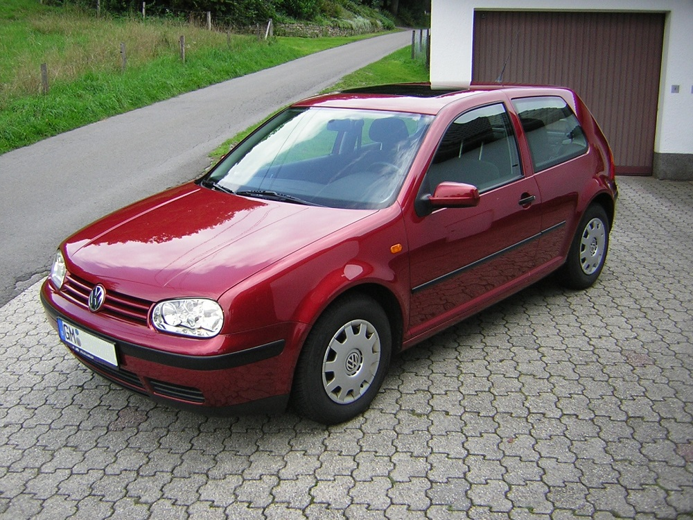 Красный Volkswagen Golf 4