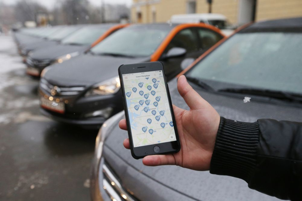 Карта каршеринга на экране мобильного