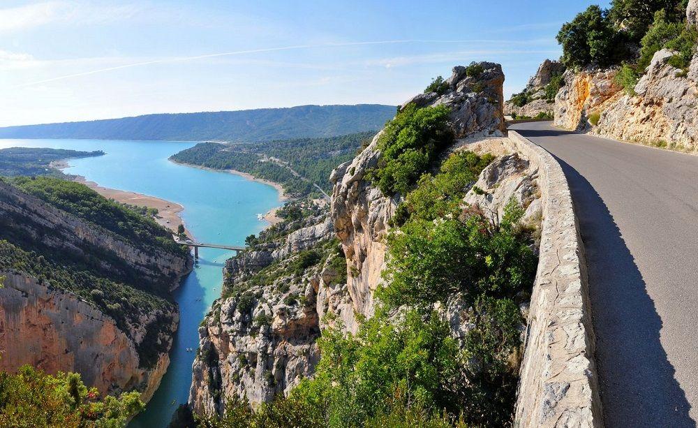 Красивая дорога в ущелье Вердон (юго-восточная Франция, Прованс)