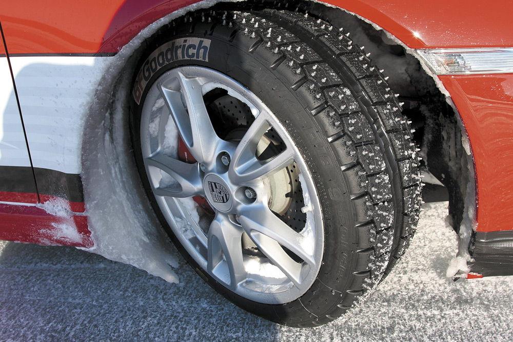 Автомобиль с шипованными шинами