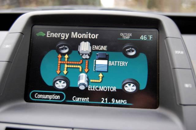 Монитор в Тойота Приус показывает уровень заряда
