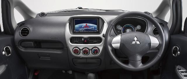 Интерьер и приборная панель электрического автомобиля Mitsubishi i MIEV