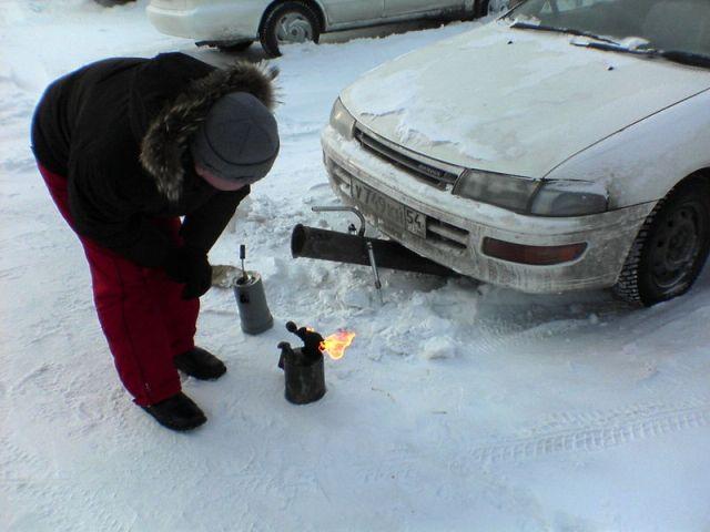 Паяльная лампа - один из возможных, но не лучших способов отогрева двигателя