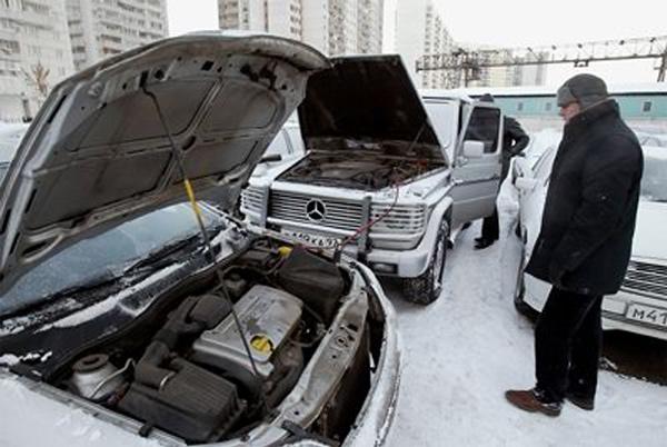 Прикуривание автомобиля при разряженном аккумуляторе зимой