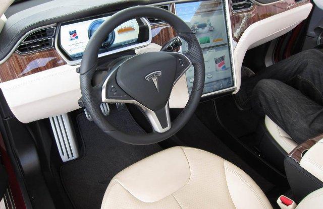 """Автомобили """"Тесла"""" имеют шикарный и футуристичный дизайн и интерьер"""