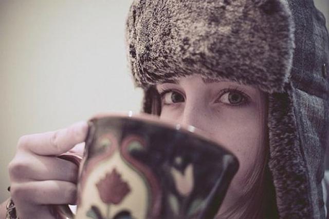Чтобы согреться можно выпить чашку горячего чая или кофе