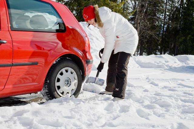 Автомобильная лопата для снега