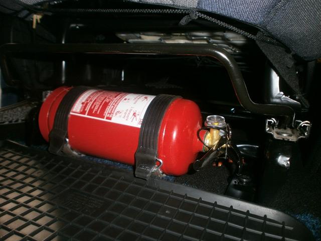 По правилам в каждом автомобиле должен быть огнетушитель