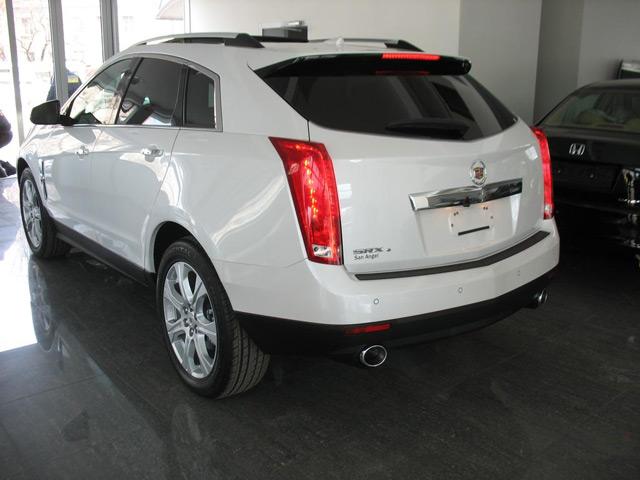 Автомобиль Cadillac SRX: вид сзади