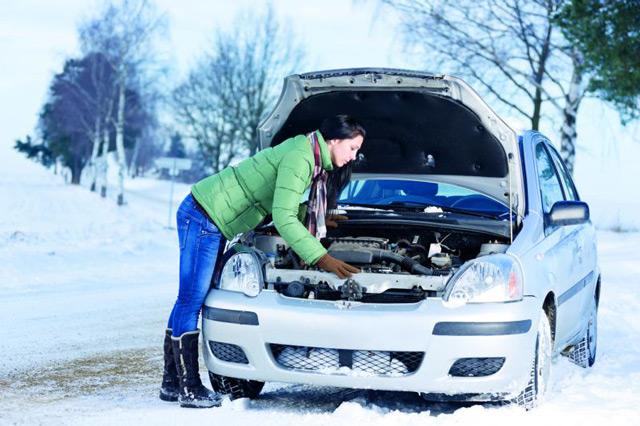 Иногда нужно приложить немало усилий, чтобы завести автомобиль в мороз