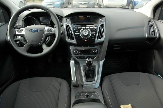 В салоне автомобиля Форд Фокус реализовано немало современных решений