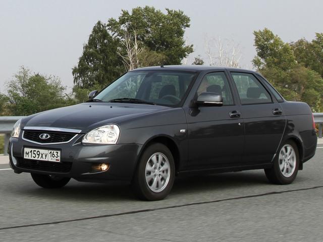 Автомобиль Лада Приора выглядит не так изысканно, зато более привычно для ценителей отечественного автопрома