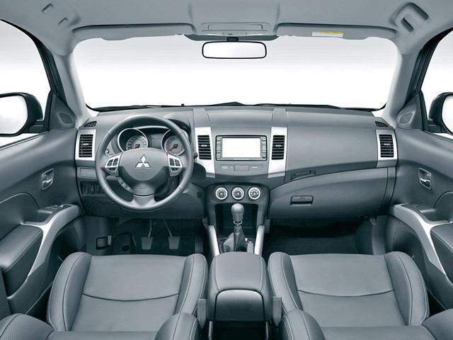 Автомобиль Митсубиси Аутлендер может похвастаться салоном без излишеств в плане отделки и бортовой системе управления