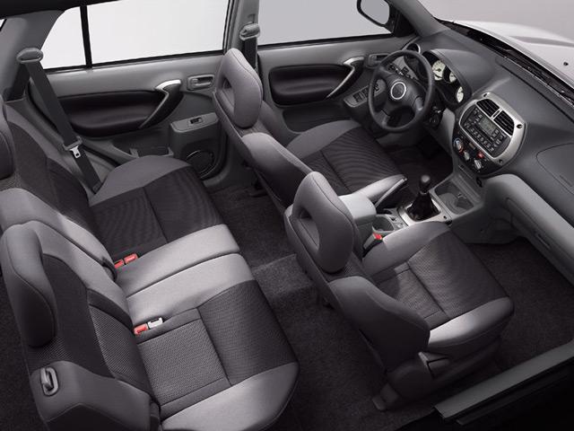 В салоне автомобиля Тойота Рав4 вас ожидают комфортные сиденья и детали округлой формы
