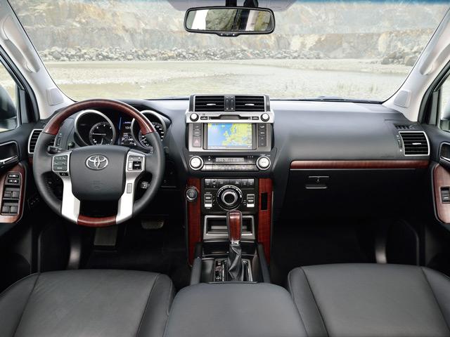 Салон Toyota Land Cruiser Prado лишен громоздких элементов и слегка уступает оппоненту по качеству отделки