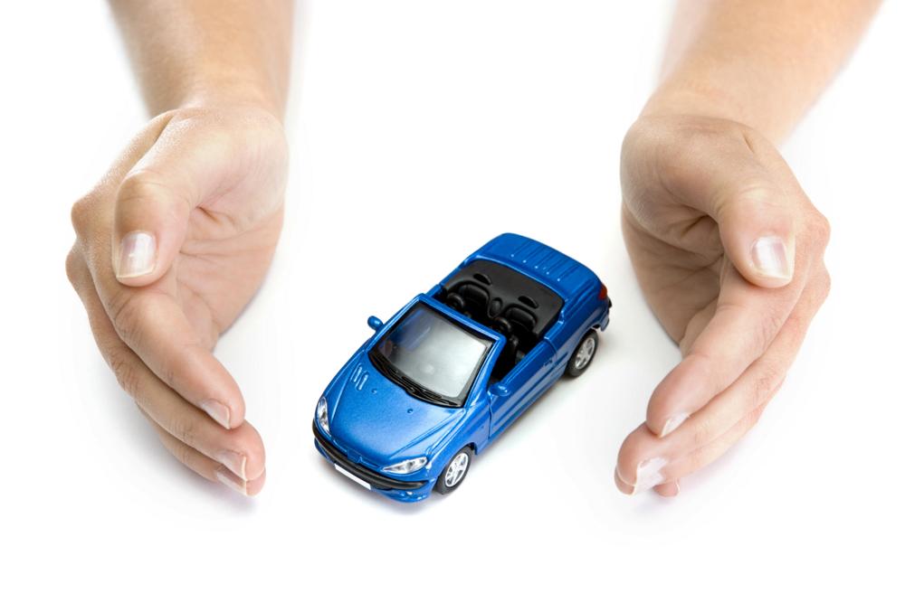 Человек оберегает свой автомобиль